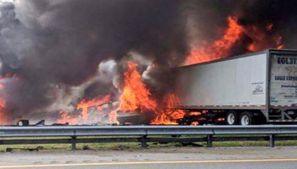 Un camión de carga y un vehículo de pasajeros chocaron en los carriles con dirección al norte de la autopista y atravesaron la barrera hacia el otro sentido impactando a otro camión y una camioneta. (Foto: EFE)