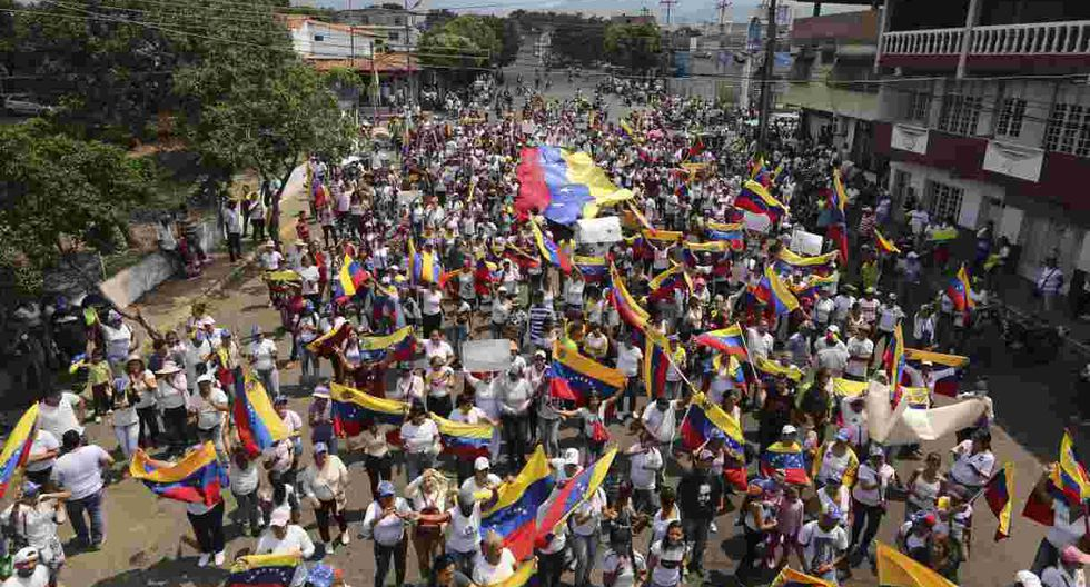 """Los manifestantes gritan """"Maduro fuera"""" durante una protesta antigubernamental contra el presidente Nicolás Maduro, en Ureña, Venezuela. (Foto: AP)"""