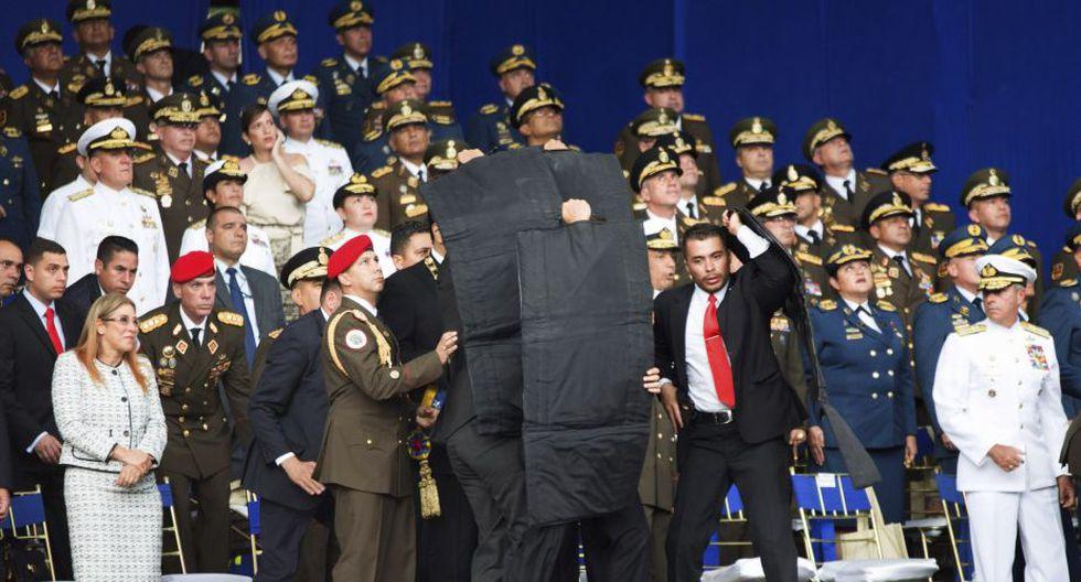 Nicolás Maduro fue protegido con chalecos antibalas. (AP)