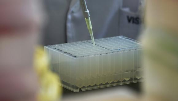 Esta imagen de archivo tomada en agosto de 2018 muestra un laboratorio de estudios genéticos en Pekín, China. (Foto: AFP)
