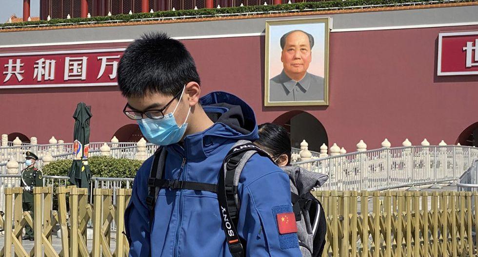 Un hombre se inclina frente a la Puerta de Tiananmen, en Beijing, en homenaje a las víctimas del coronavirus. (Foto: AFP/Leo Ramírez)