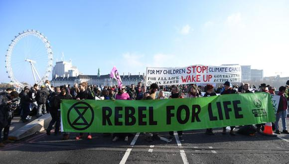 Manifestantes que exigen al Gobierno británico medidas más efectivas para combatir el cambio climático bloquearon cinco de los puentes sobre el río Támesis, que comunican el norte y el sur de Londres. (Foto: EFE)