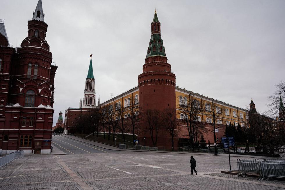 Un hombre camina en la desierta plaza Manezhnaya, cerca del Kremlin, en el centro de Moscú, mientras la ciudad y sus regiones circundantes impusieron hoy bloqueos, que estaban siendo seguidos por otras regiones rusas en un intento por frenar la propagación del coronavirus. (Foto: AFP/Dimitar Dilkoff)