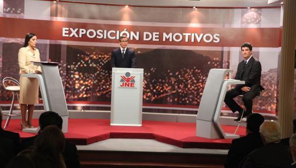 FALTÓ MÁS SABOR. Patricia Juárez (por el Sí) y Eduardo Zegarra (por el No) abrieron el debate. (JNE)