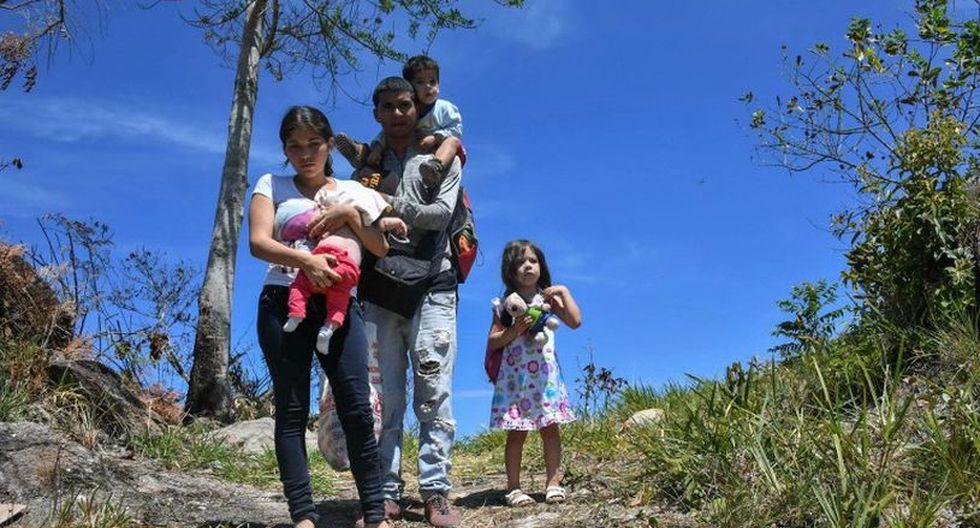 """La situación se puso """"demasiado difícil, están haciendo cosas demasiado malas, yo tuve que venir para acá y dejar la policía, soy desertor. No puedo entrar otra vez en Venezuela"""", añade. (Foto: AFP)"""