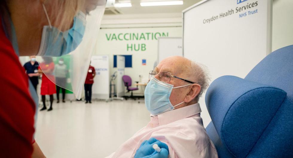George Dyer, de 90 años, reacciona cuando recibe una dosis de la vacuna Pfizer / BioNTech COVID-19 en el Hospital de la Universidad de Croydon, en el sur de Londres, el 8 de diciembre de 2020. (Dan CHARITY / POOL / AFP).