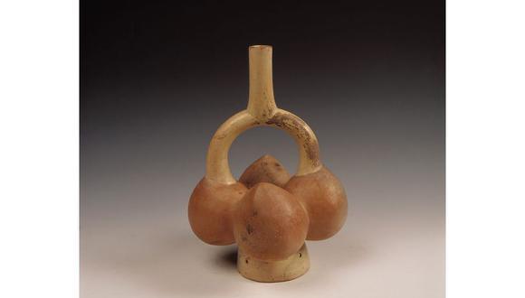 Botella gollete de la cultura Mochica, hecha de cerámica con forma de cuatro lúcumas (Museo Larco).