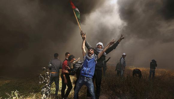Manifestantes palestinos gritan durante los enfrentamientos con las tropas israelíes en una protesta exigiendo el derecho a regresar a su tierra natal, en la frontera entre Israel y Gaza. (Foto: Reuters/Archivo)