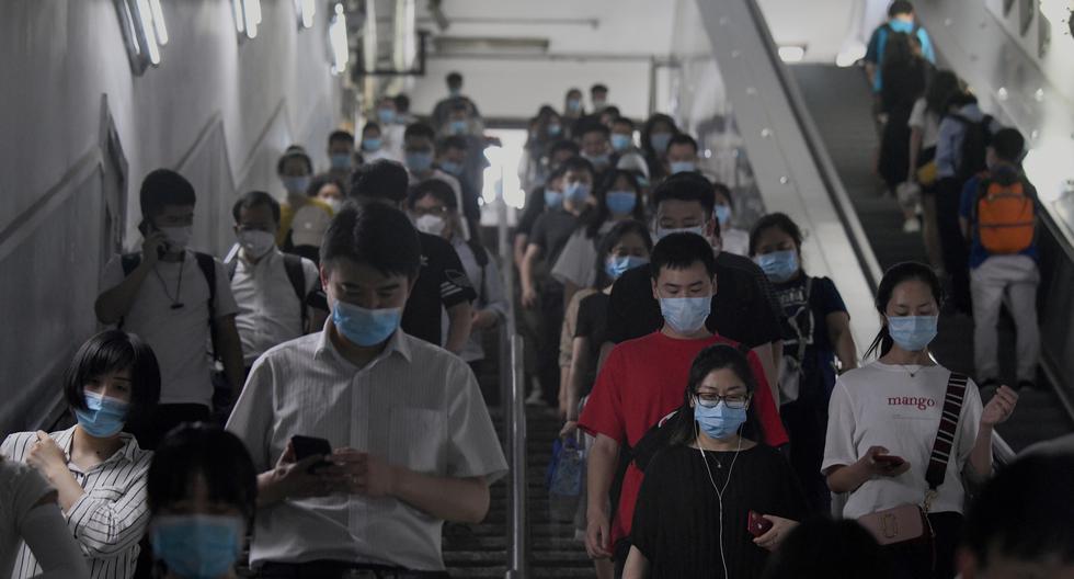 Los pasajeros que usan máscaras faciales contra el coronavirus caminan por una estación de metro en Beijing, China. (Foto: Noel Celis / AFP).