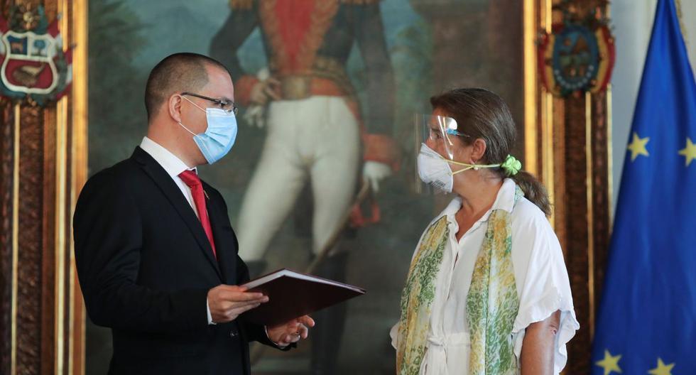 El canciller de Venezuela, Jorge Arreaza, conversa con la embajadora de la Unión Europea en Venezuela, Isabel Brilhante Pedrosa, durante una reunión en la sede de la Cancillería en Caracas, Venezuela. (REUTERS / Manaure Quintero).