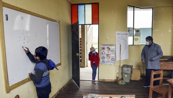 Los estudiantes asisten a una clase durante su primera semana de clases presenciales en la escuela Ladislao Cabrera, en la comunidad de Machacamarca, a 60 km de La Paz. (Foto de AIZAR RALDES/AFP).