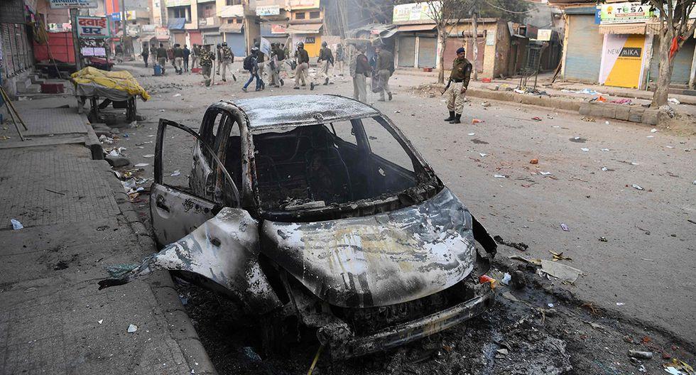 Vehículo quemado producto de las protestas violentas en la capital de la India. (Foto: AFP)