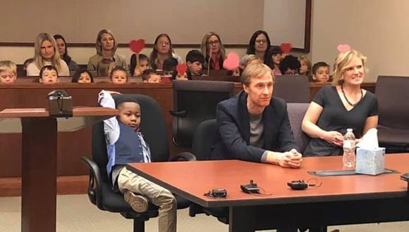 La enternecedora imagen de un niño que invitó a sus compañeros de kinder a su juicio de adopción. (Facebook)