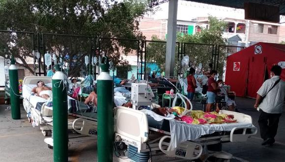 Piura: Sacan al aire libre a pacientes de hospital de Sullana donde estuvo internado unos días anciano fallecido por coronavirus para desinfectar instalaciones.