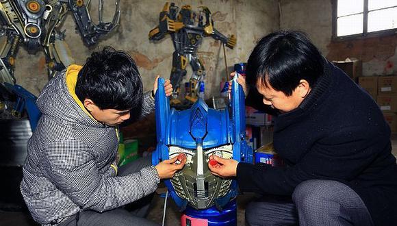 Padre e hijo construyen esculturas de 'Transformers' con chatarra en China. (shanghaiist / Sina)