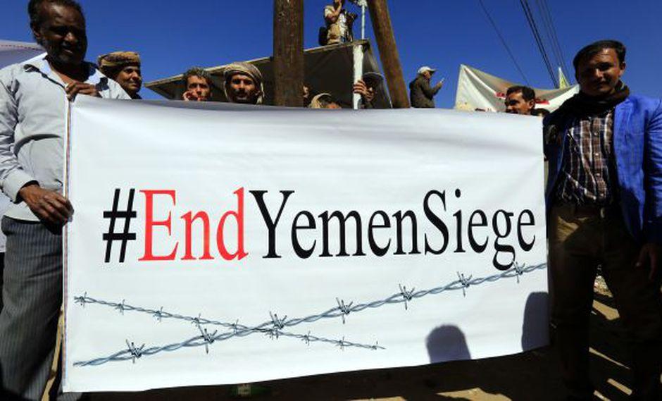 Yemeníes muestran una pancarta durante una marcha en contra de la guerra frente a las oficinas de la Unión Europea en Saná, Yemen. (Foto: EFE)