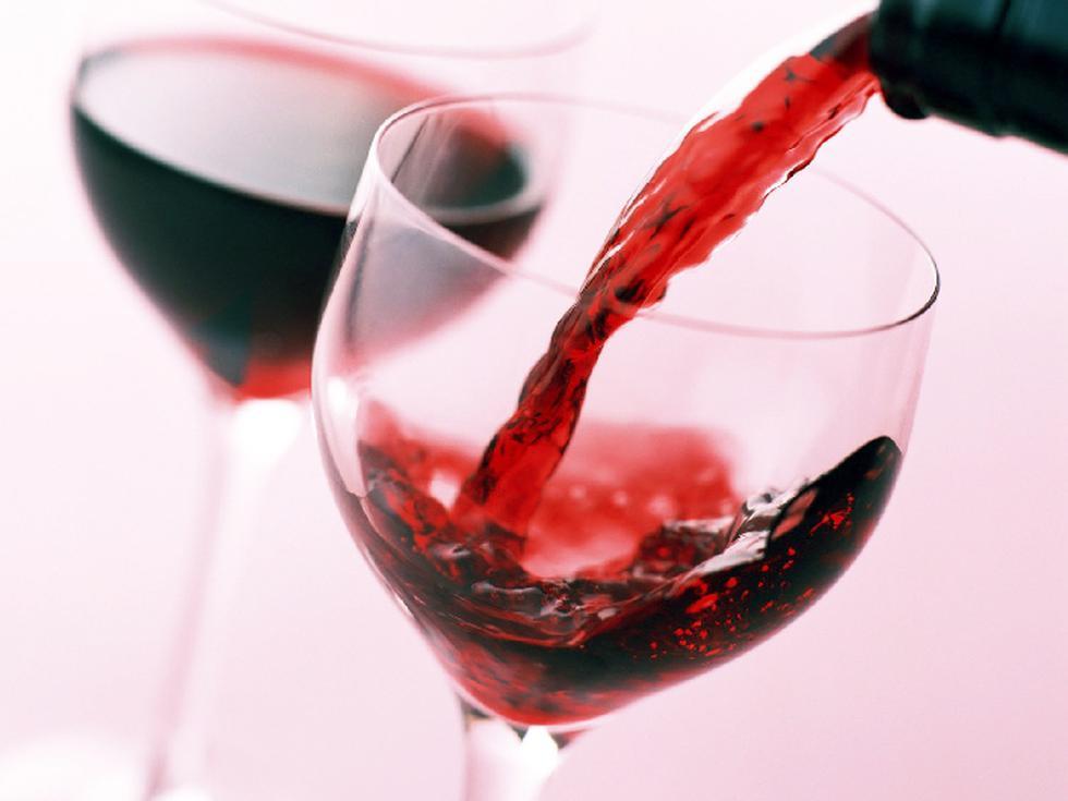 Francia: Pese a que muchos lo niegan, el vino rojo o el vino tinto son los mejores acompañantes de los franceses si de celebraciones se trata.  (Internet)