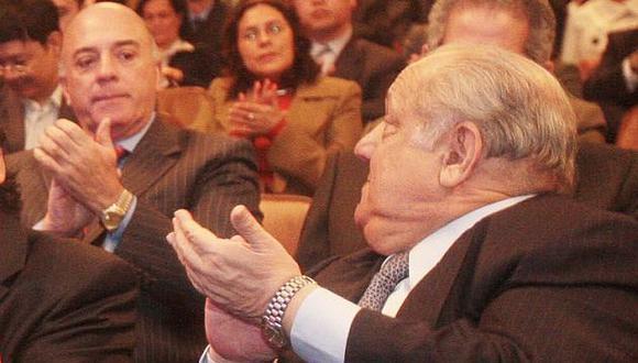 'Faenón'. Famosa foto de la adjudicación de lotes en aparecen Quimper y León Alegría. (Andina)