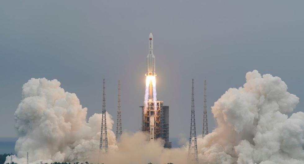 El cohete Long March-5B Y2, que transporta el módulo central de la estación espacial china Tianhe, despega del Centro de Lanzamiento Espacial Wenchang en la provincia de Hainan, China, el 29 de abril de 2021. (China Daily vía REUTERS).