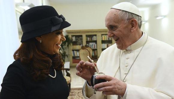 Presidenta argentina olvidó diferencias con Jorge Bergoglio y le regaló un mate artesanal y un poncho de vicuña. (Reuters)