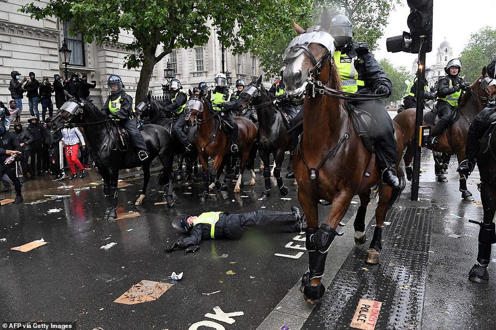 ¡Imágenes impactantes! Protestas violentas en Londres dejan 10 policías heridos y un caballo suelto. (AFP)