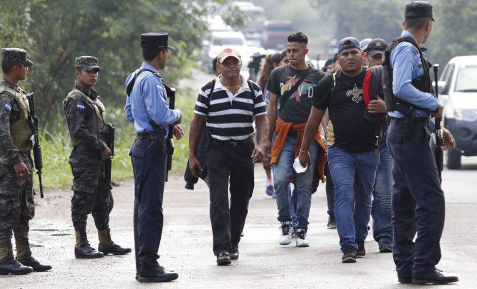 Un primer grupo de la caravana que comenzó la movilización este lunes está por llegar a Agua Caliente, según los medios hondureños. (AP)