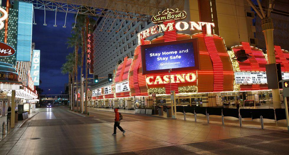 Un hombre camina por una calle generalmente concurrida después de que se ordenó el cierre de los casinos debido al brote de coronavirus en Las Vegas. (Foto: AP/John Locher)
