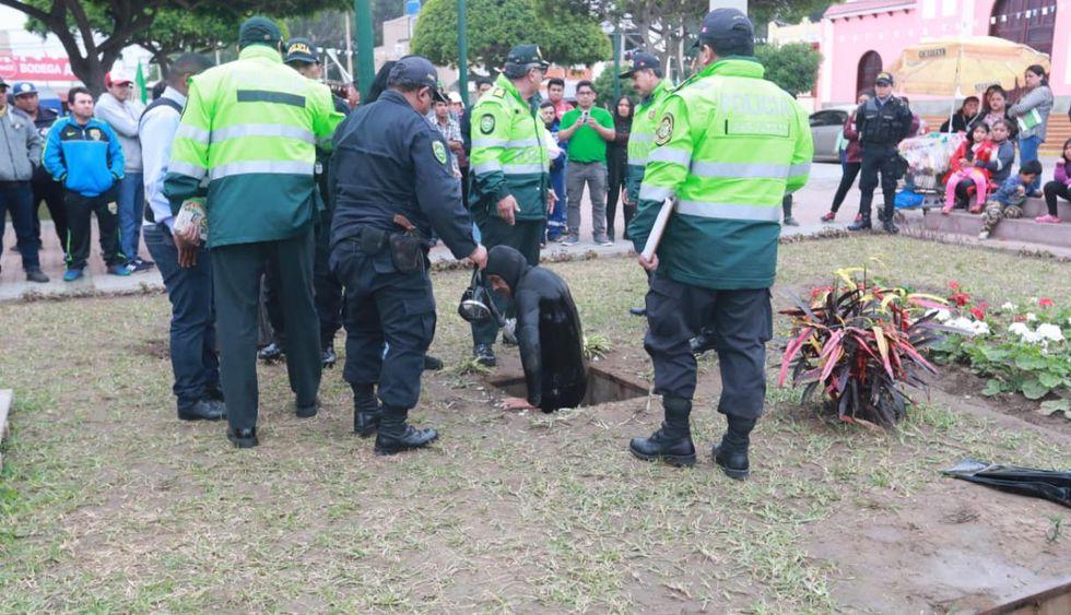 Así fue como el pescador entró a uno de los pozos de agua de la Plaza de Armas de Cerro Azul. (Lino Chipana / El Comercio)
