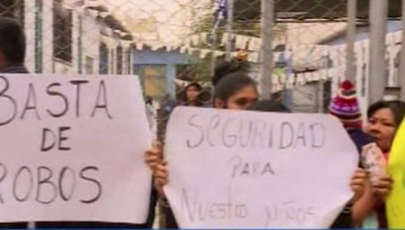 Madres de familia ingresaron al centro educativo para protestar por los continuos robos a las aulas del nivel inicial. (Foto: Canal N)