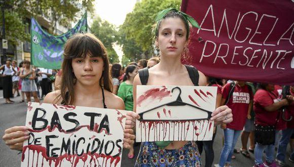 """Mujeres participan en una marcha convocada por el movimiento """"Ni una menos"""" contra la violencia de género en Buenos Aires. (Foto: AFP)"""
