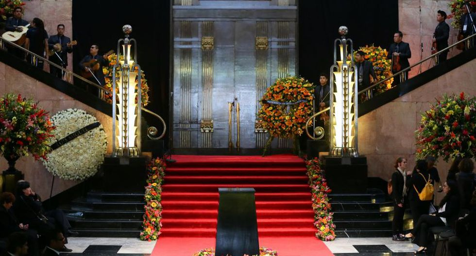 Ya está todo listo en el Palacio de Bellas Artes para despedir a Juan Gabriel. (AP)Así fue la despedida de Juan Gabriel en el Palacio de Bellas Artes de México. (EFE)