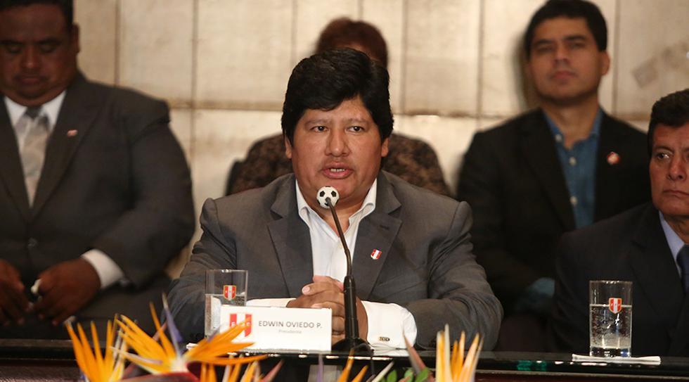 Edwin Oviedo y la carta de respaldo de una parte de su Junta Directiva. (Foto: El Comercio)