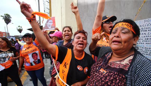 Simpatizantes de Keiko Fujimori esperan su liberación. (Fotos Hugo Curotto/GEC)