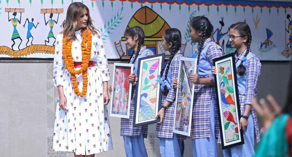 """""""Para mí es muy inspirador que los alumnos empiecen cada día con mindfulness"""", dijo Melania Trump. Imagen de la primera dama de Estados Unidos junto a estudiantes de India. (EFE)."""