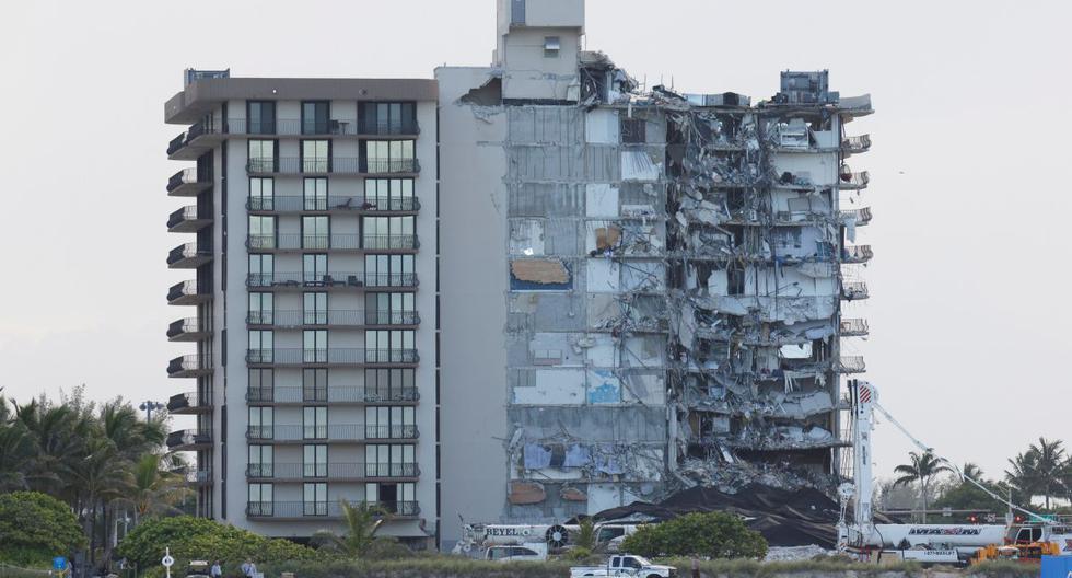 Vista del edificio residencial parcialmente derrumbado cuando se detienen las operaciones de rescate, en Surfside, Florida, Estados Unidos. (REUTERS/Marco Bello).