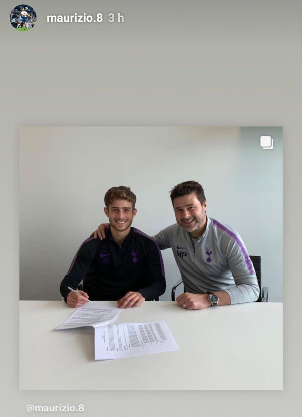 Maurizio Pochettino y su padre en la firma de su primer contrato profesional. (Instagram Maurizio Pochettino)
