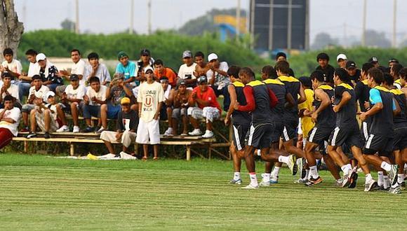 Un grupo de hinchas de Universitario llegó hasta Campo Mar para levantar el ánimo del plantel. (Depor)