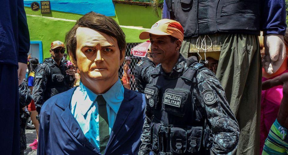 Un miembro de la Policía Militar permanece junto a un muñeco que representa al presidente brasileño Jair Bolsonaro. (EFE).