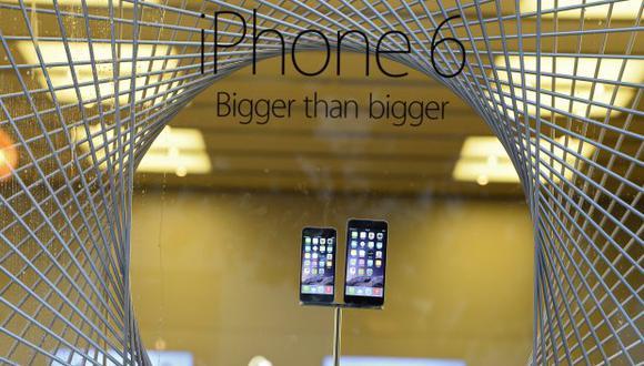 Apple habría propuesto insistentemente la descarga de actualizaciones sin proporcionar una forma efectiva de recuperar la funcionalidad de sus aparatos. (Foto: EFE)