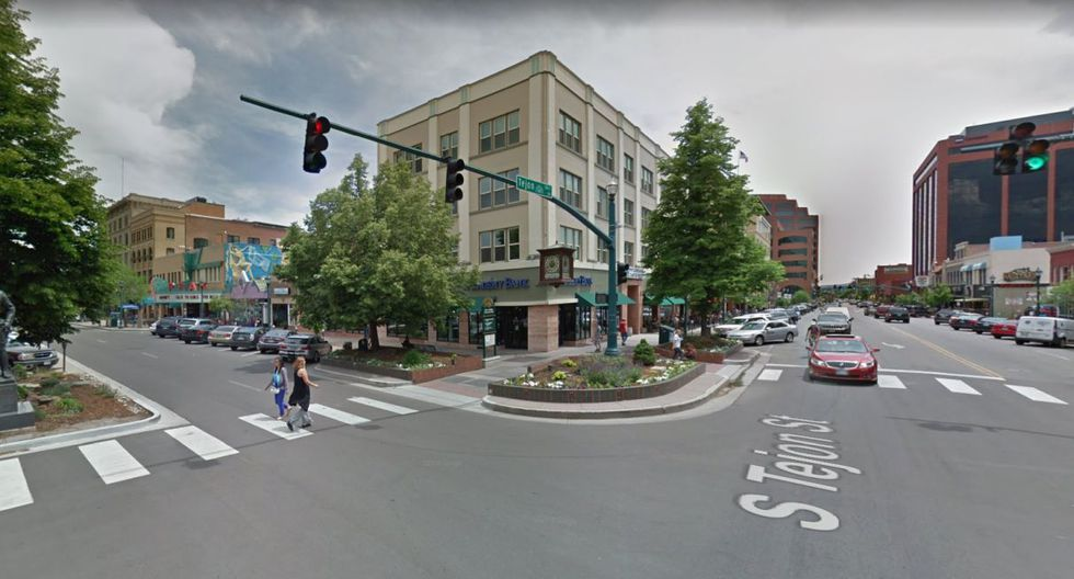 El hombre primero robó el dinero en un banco y días después arrojó el dinero en la calle. (Foto: Google Maps)