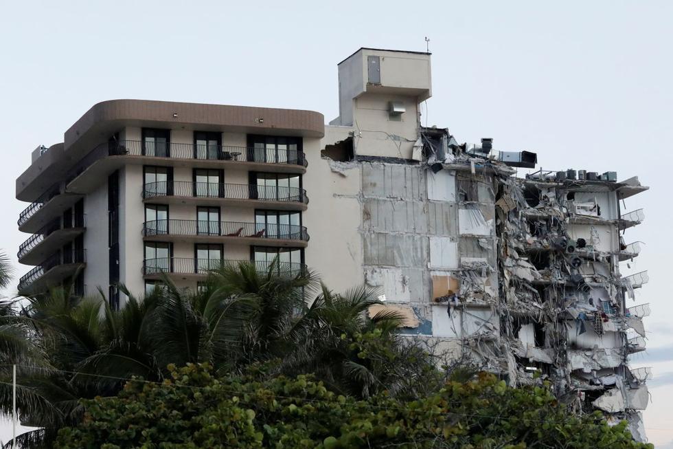 Un edificio que se derrumbó parcialmente se ve en Miami Beach, Florida, Estados Unidos, el 24 de junio de 2021. (REUTERS/Marco Bello).