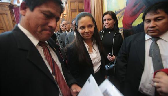 INTOXICADOS PASAN LA FACTURA. Deficiencias en programa mueve el piso a ministra Mónica Rubio. (Martín Pauca)