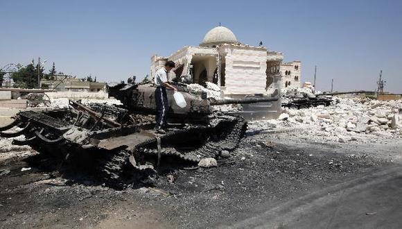 Restos de tanques en la convulsionada Alepo. (Reuters)