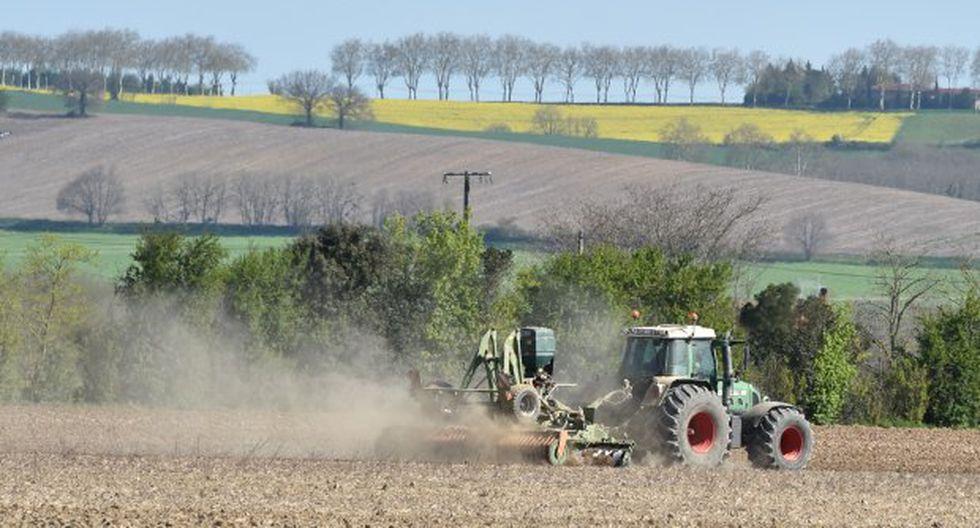 Un agricultor ara un campo en abril de 2018 cerca de la ciudad de Saverdun, en el sur de Francia. (Foto: AFP)