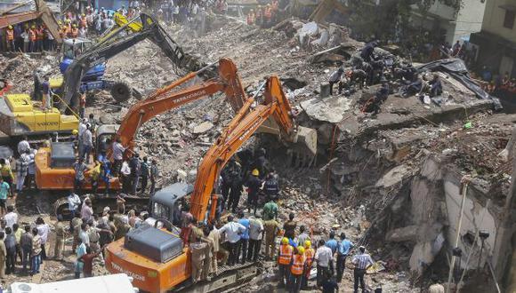 Calculan que hay una decena de personas sepultadas por los escombros. (EFE)