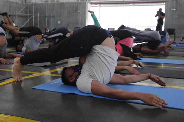 """Para la gestora social de Medellín, Diana Osorio, quien puso en marcha esta iniciativa con los miembros del Esmad bajo la campaña #TodosSomosUno, este ejercicio """"ha encajado"""" con el momento actual. (Foto: EFE)"""