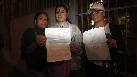 Denunciantes muestran una copia de la denuncia interpuesta en la comisaría de San Antonio, en Miraflores. (César Fajardo)