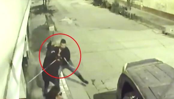 Familiar de una de las jóvenes salió de la vivienda para enfrentar a delincuentes y frustrar asalto. (Captura: América Noticias)
