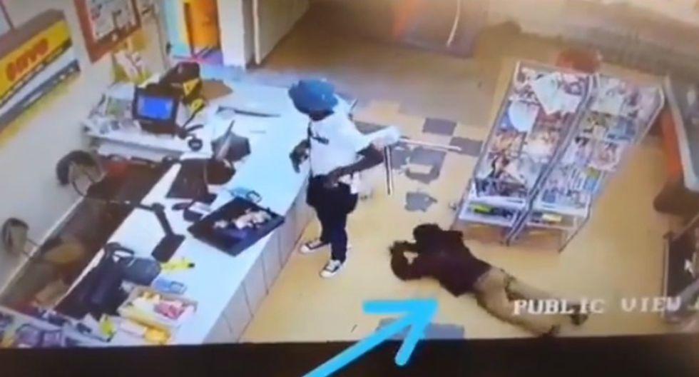 Se viralizó en Facebook el instante en que un ladrón armado se convirtió también en víctima. (Foto: Captura)