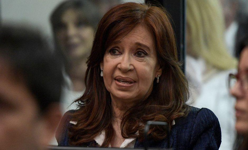 Cristina Kirchner no habló ante la prensa y se colocó junto a su abogado Carlos Beraldi en la última fila de asientos destinada a los acusados. (Foto: AFP)